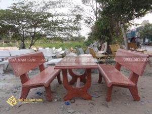 Bộ bàn ghế đá màu đỏ tại ghế đá Nam Sơn